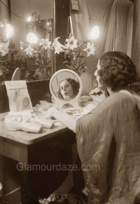 Anna-Pavlova-applying-makeup-1910-Library-of-Congress